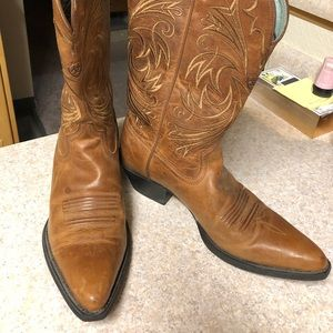 ARIAT WESTERN BOOTS. In almost new condition.